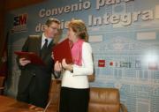 Ruiz-Gallardón con Esperanza Aguirre tras la firma del convenio