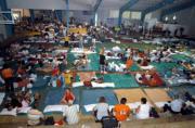 EFE  Decenas de turistas se acomodan como pueden en uno de los refugios improvisados en la ciudad turística de Cancún