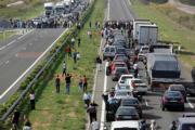 EFE  Un momento del corte de la A-3 llevado a cabo ayer por agricultores, a la altura del kilómetro 275