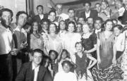 ABC  Homenaje al general Mangada celebrado el 21 de septiembre de 1936 en el Teatro Calderón de Madrid. En el centro, agachado, aparece un casi niño Fati, bailaor de la dinastía de los Pelaos. En la fila central, de izquierda a derecha, el segundo es Manolo Caracol. A su lado asoma el guitarrista Pepe de Badajoz. Siguen la Niña de los Peines, el entonces pianista -y, en el futuro, matador de toros- Rafael Albaicín, Pastora Imperio, Argentinita, Agustina Escudero (modelo de Zuloaga y madre de los Albaicín), la actriz Catalina Bárcena, el bailaor Miguel Albaicín y Pilar López. En la cúspide de la pirámide, con gafas, el general Julio Mangada, responsable de la defensa de Madrid