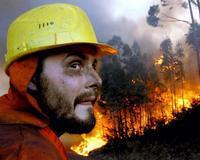 Un bombero trabaja en las labores de extinción del incendio que se ha declarado esta tarde en el barrio de A Zapateira, en las afueras de La Coruña. / EFE