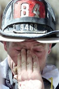 Un bombero descansa tras la dura tarea de rescate de las víctimas del atentado contra las Torres Gemelas del World Trade Center. /REUTERS