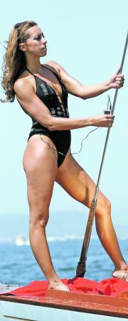 REUTERS  Gemma Mengual recarga su iPod en el modelo Solarcell de Triumph