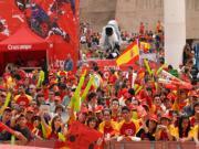 ABC  Aficionados muestran su apoyo a España en la Plaza de Colón