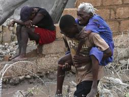La entrega de la ayuda humanitaria se complica y miles de haitianos están sin energía eléctrica. /AP