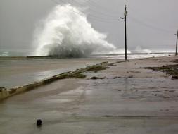 Olas enormes saltan en Baracoa, Cuba, donde ya empiezan a notarse los efectos del temporal. /AFP