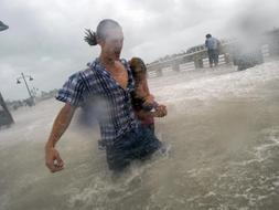 Aunque se debilitó a categoría 1 tras su llegada a la isla, el ciclón ha dejado hasta el momento cuatro muertos, que hay que sumar a los 66 de Haití. /EFE