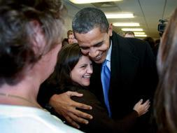 Obama abraza a una mujer anónima en 'su' Chicago. /Efe