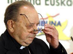 El obispo de San Sebastián, Juan María Uriarte, antes de pronunciar hoy en Bilbao una conferencia dentro del Forum Europa. / Efe