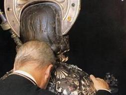 El cabildo de la Catedral de Santiago recomienda no besar al Santo
