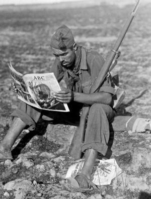 DÍAZ CASARIEGO / EFE  Un miliciano del Quinto Regimiento lee ABC en  un momento de descanso. Septiembre de 1936
