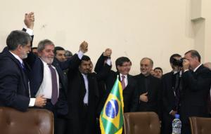 AFP  El presidente turco, Recep Tayyip Erdogán, fotografíaba ayer a Lula Da Silva y Mahmud Ahmadineyad tras el cierre del acuerdo