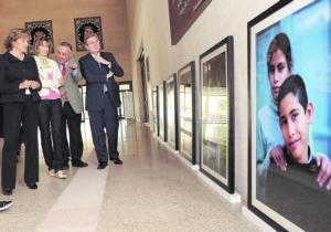 F. BLANCO  Carmen Luis, Mercedes Coloma, Javier Martín Burillo y José Manuel Fernández Santiago visitan la muestra «Hermanos» / F. BLANCO