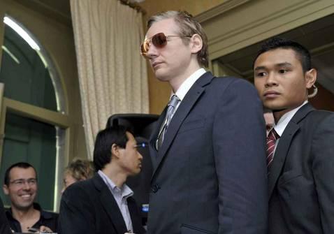 Interpol busca a Assange, Ecuador le ofrece asilo y él amenaza con filtraciones de Wall Street