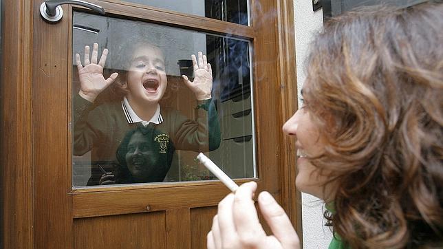 Los bebés que duermen con padres fumadores tienen niveles altos de nicotina
