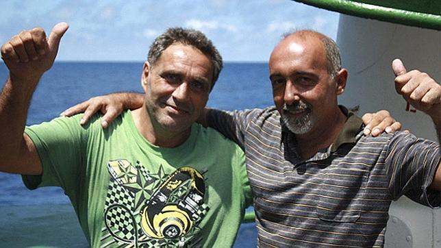 Los dos marineros gallegos del «Vega 5» viajan en avión rumbo a España