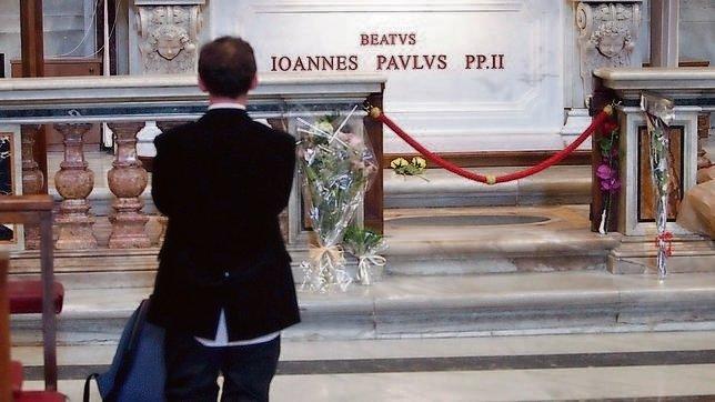 Juan Pablo II, siempre acompañado