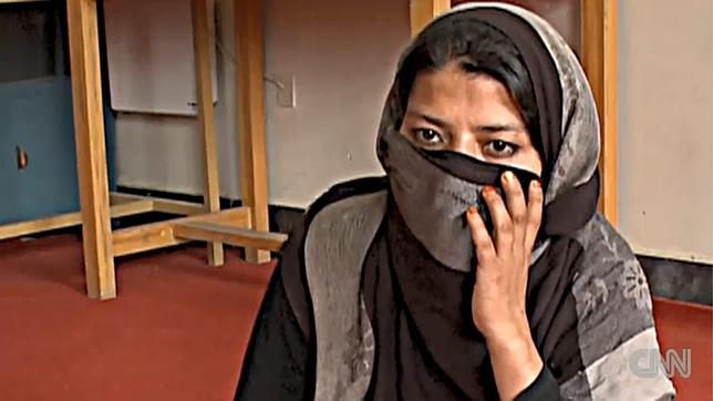Karzai indulta a la joven violada y presa por adulterio a cambio de casarse con su agresor