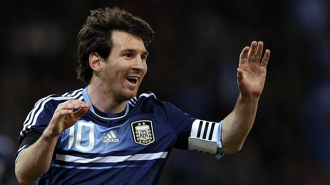 Messi brilla con Argentina y marca su primer triplete
