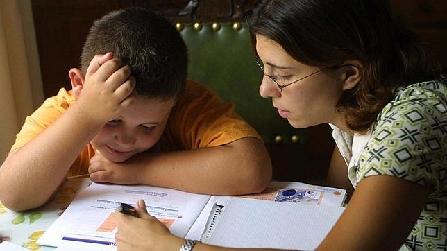La asociación de padres Ceapa estudia convocar una huelga de deberes en casa