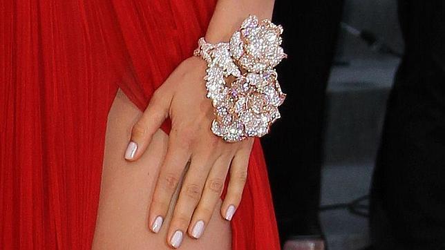 Objeto de deseo: la pulsera-flor de Irina Shayk