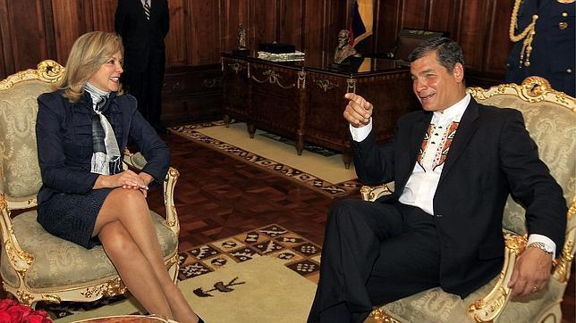 Correa prohíbe a sus ministros conceder entrevistas a medios no estatales