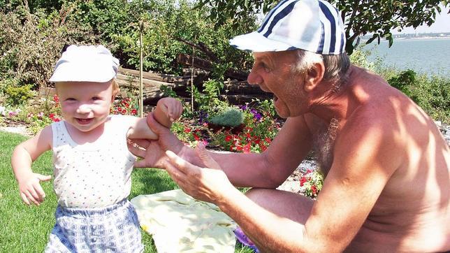 Los abuelos españoles se vuelcan en la familia por la crisis