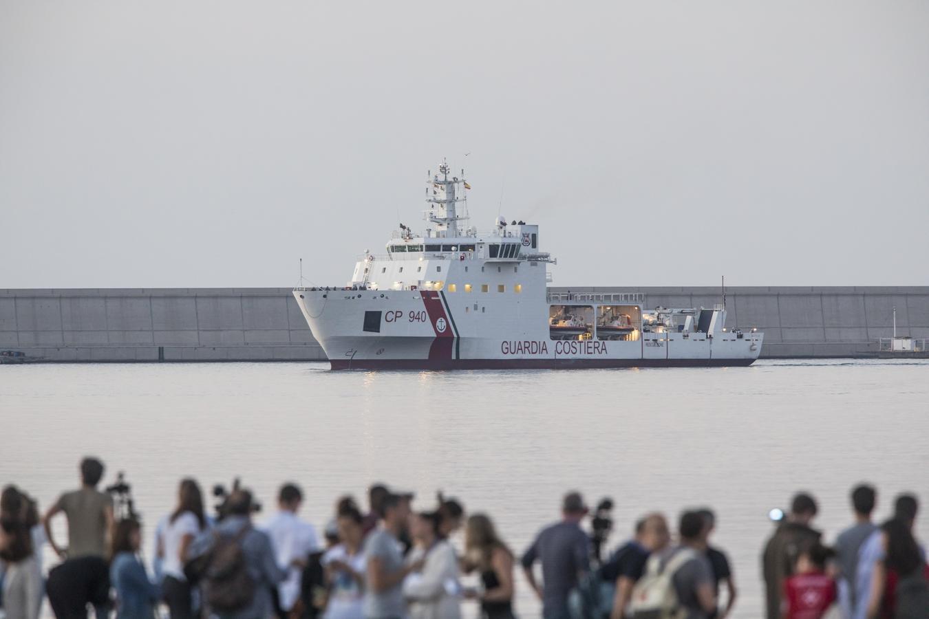 El Datillo, que acompaña al Aquarius, entrando en el Puerto de Valencia