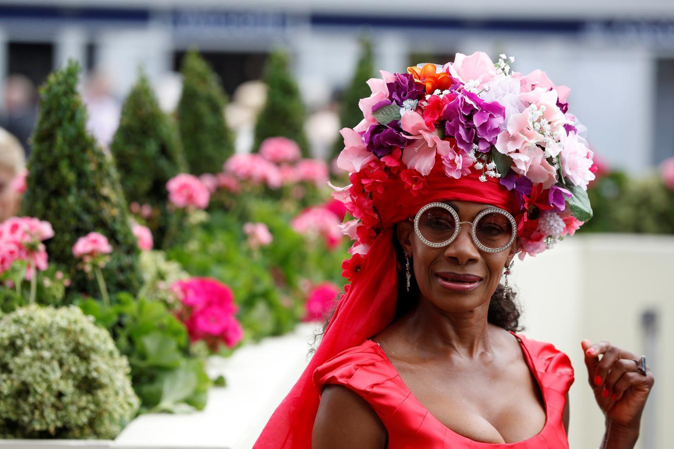 El mundo se paraliza cada año para admirar los espectaculares sombreros, de todas las formas, tamaños y colores, que lucen las invitadas a esta cita hípica