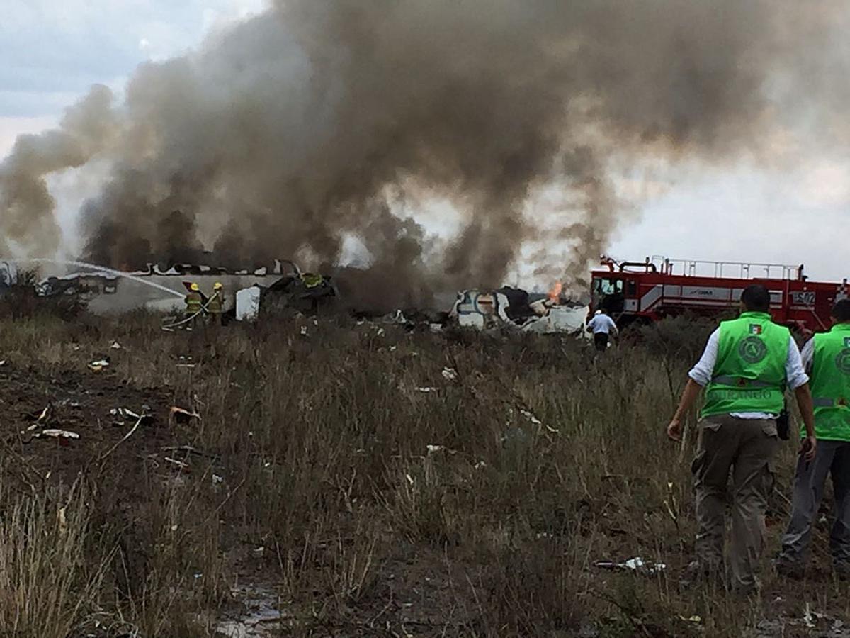 Fotografía cedida por la Coordinación Estatal de Protección Civil (CPCE) del estado de Durango, del avión de pasajeros de la aerolínea Aeroméxico