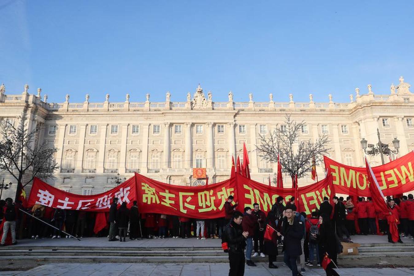 Numerosas personas pertenecientes a la comunidad china en España esperan la llegada del presidente chino