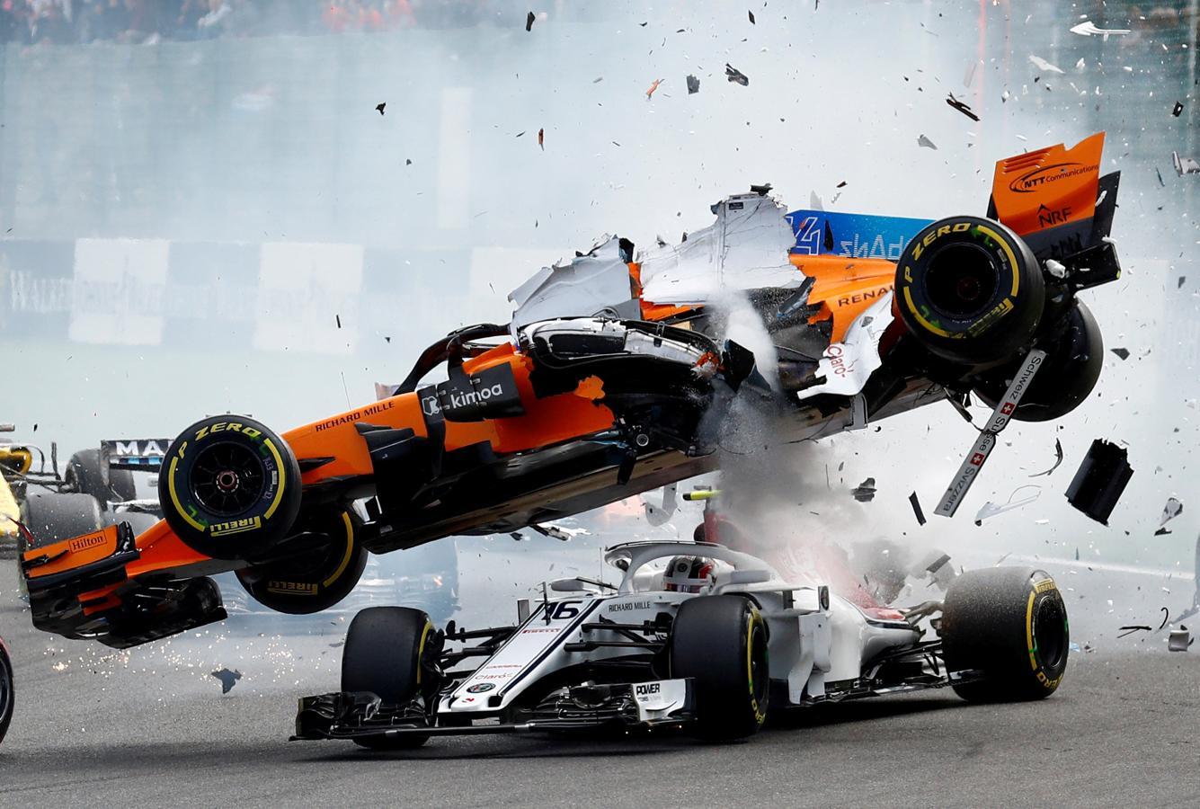 El McLaren de Fernando Alonso y el Sauber de Charles Leclerc se estrellan en la primera curva durante el Gran Premio de Bélgica (Stavelot), el 26 de agosto de 2018.