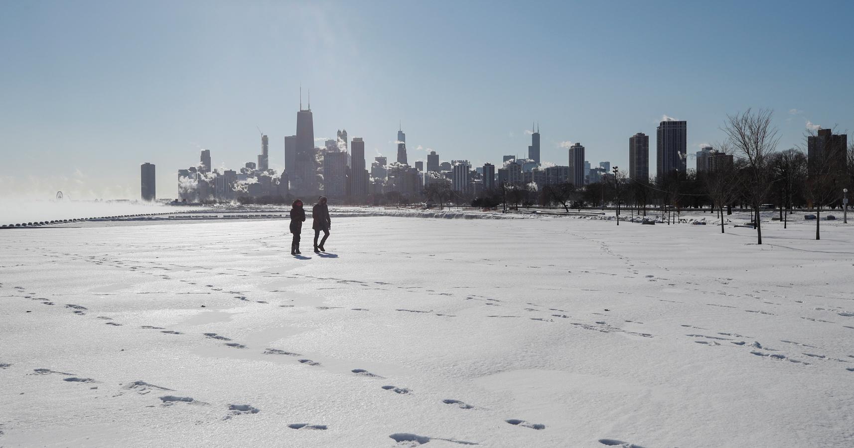 Una pareja pasea por el río Mississippi congelado en Chicago, Illinois (Estados Unidos.