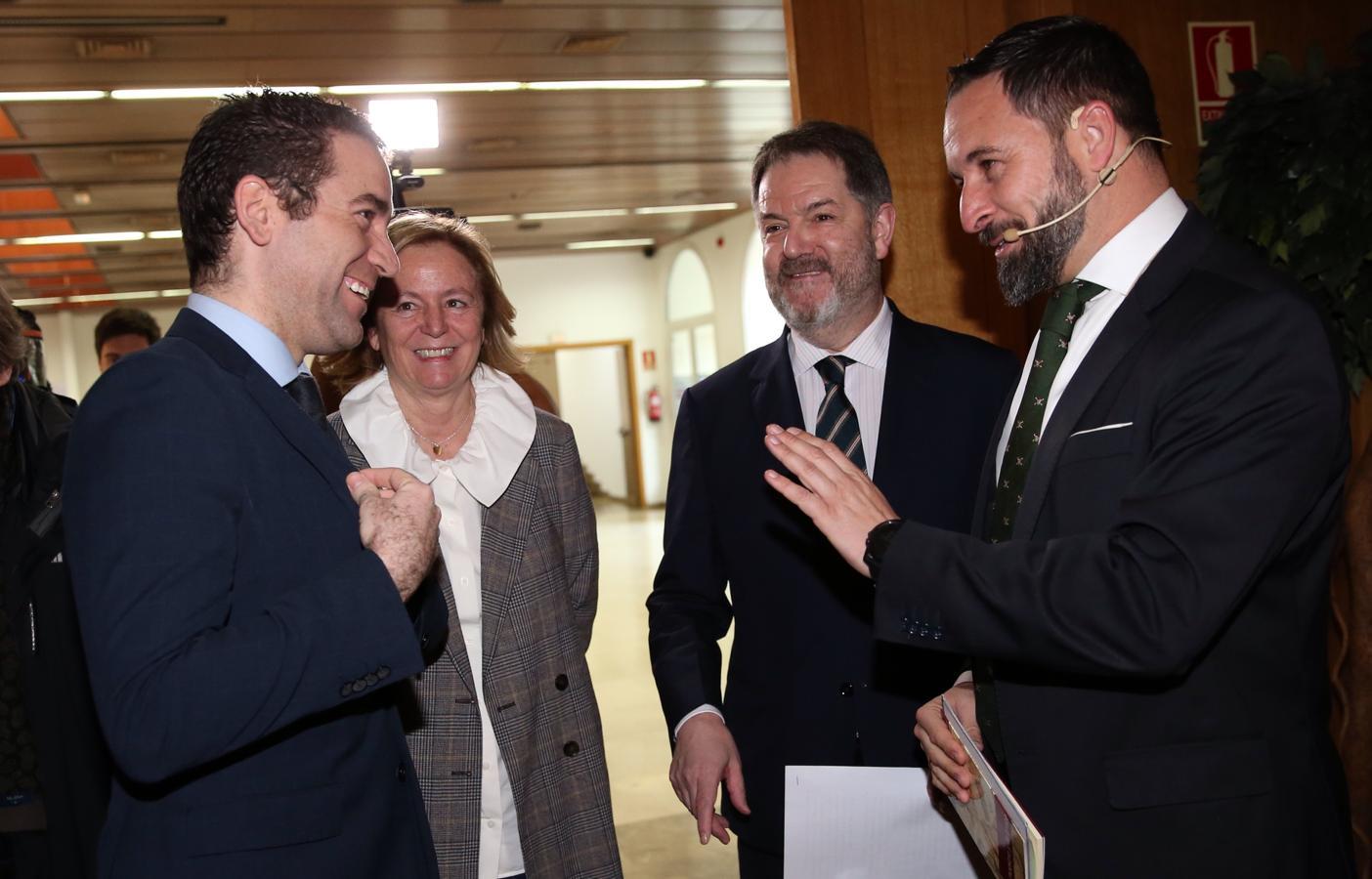 Teodoro García Egea (izq.) y Santiago Abascal (dcha.) conversan ante la presencia de la presidenta editora de ABC, Catalina Luca de Tena y el director de ABC, Bieito Rubido.
