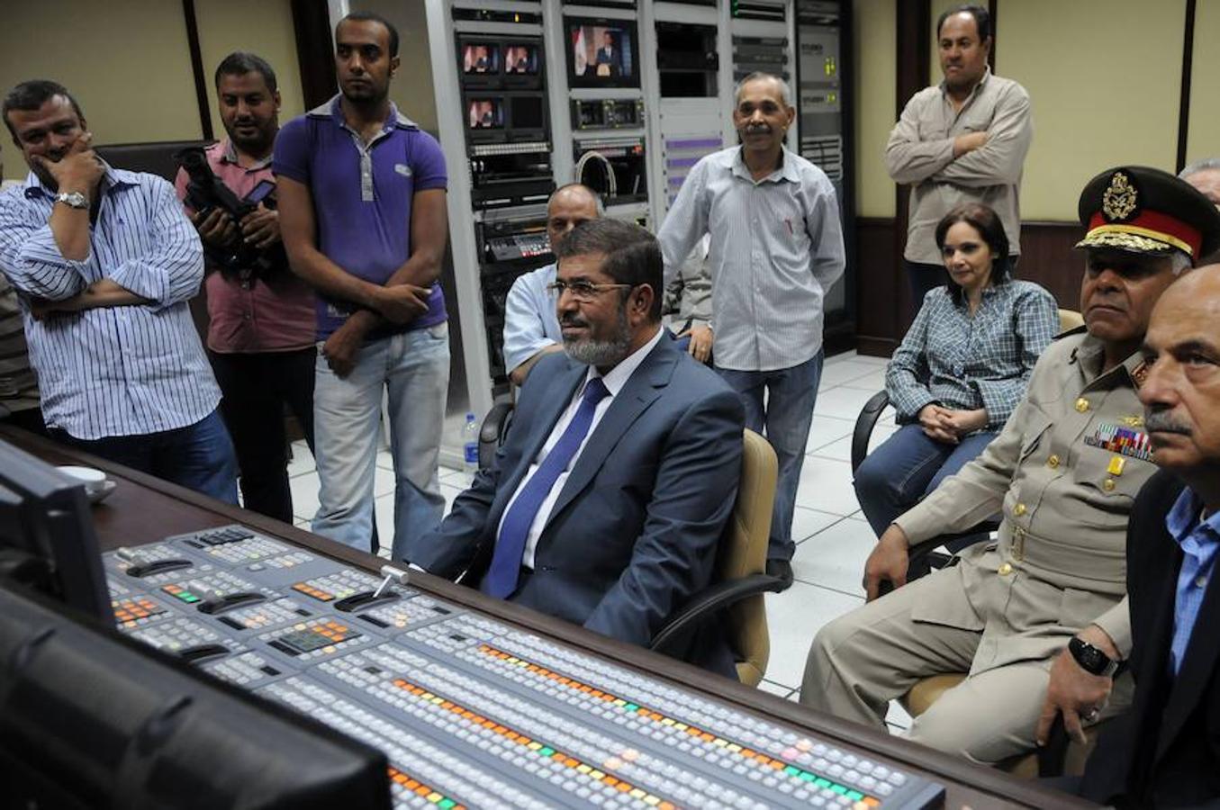 Mohamed Mursi (C), se sienta en el estudio de la televisión estatal en El Cairo el 24 de junio de 2012