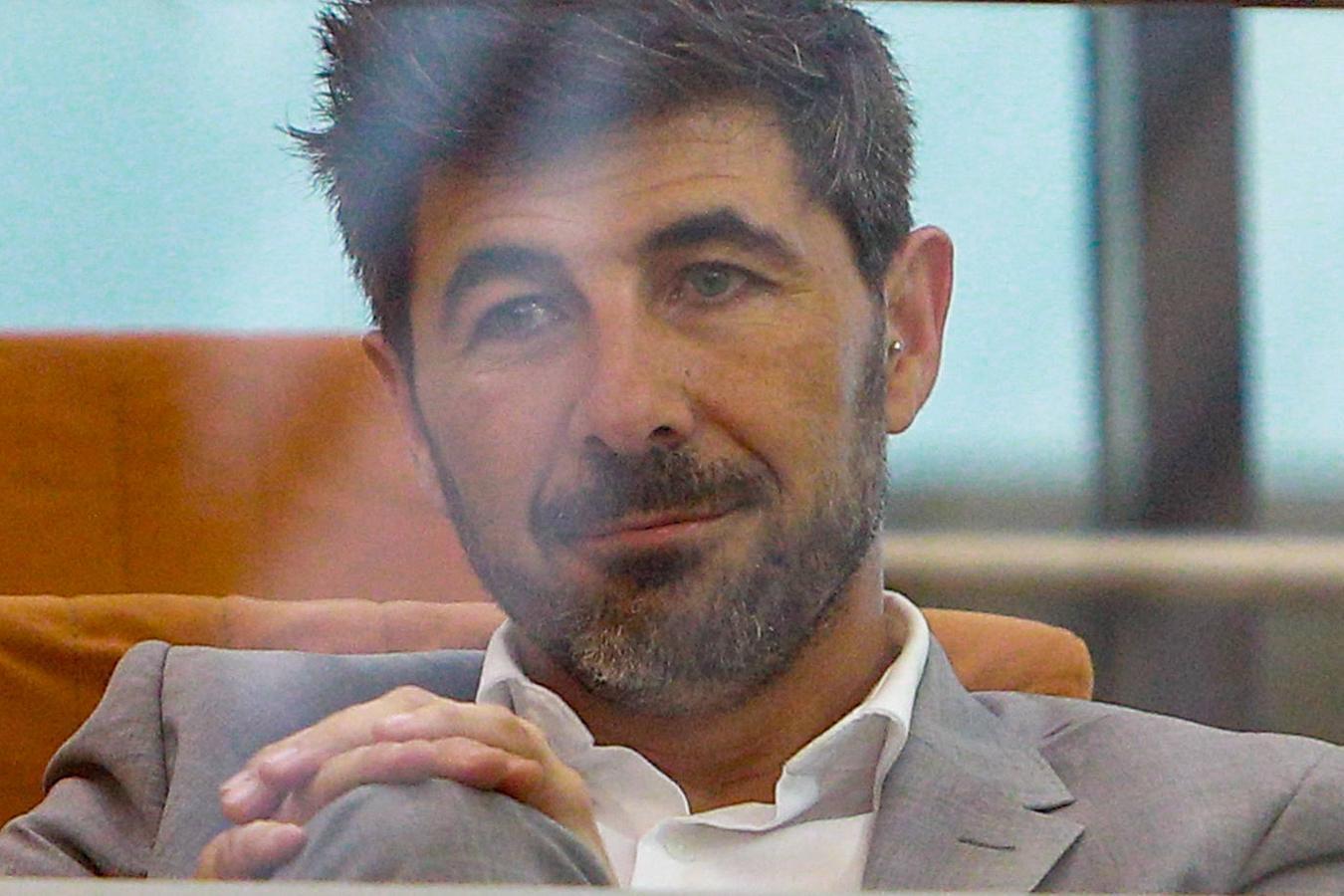 Jairo Alonso, pareja de Isabel Díaz Ayuso, tras conocer el resultado de la votación que la ha convertido en la nueva presidenta de la Comunidad de Madrid