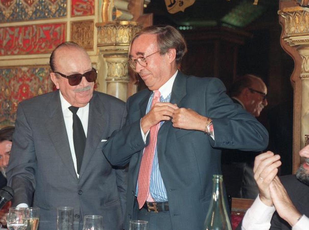 José Oneto (dcha), recibió el premio «Garbanzo de Plata» de manos del presidente del Club periodístico Garbanzo de Plata, Matías Prats (izq) en el año 1997