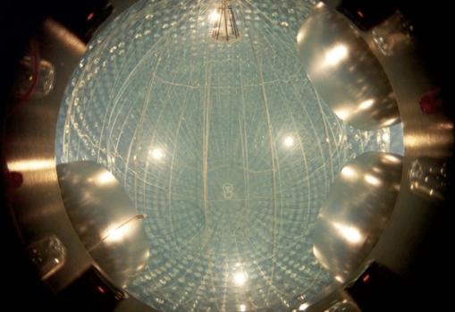 El experimento Borexino. Es un centelleador, un detector que capta los fotones que libera la colisión de neutrinos con las 300 toneladas de líquido que se encuentran en su interior