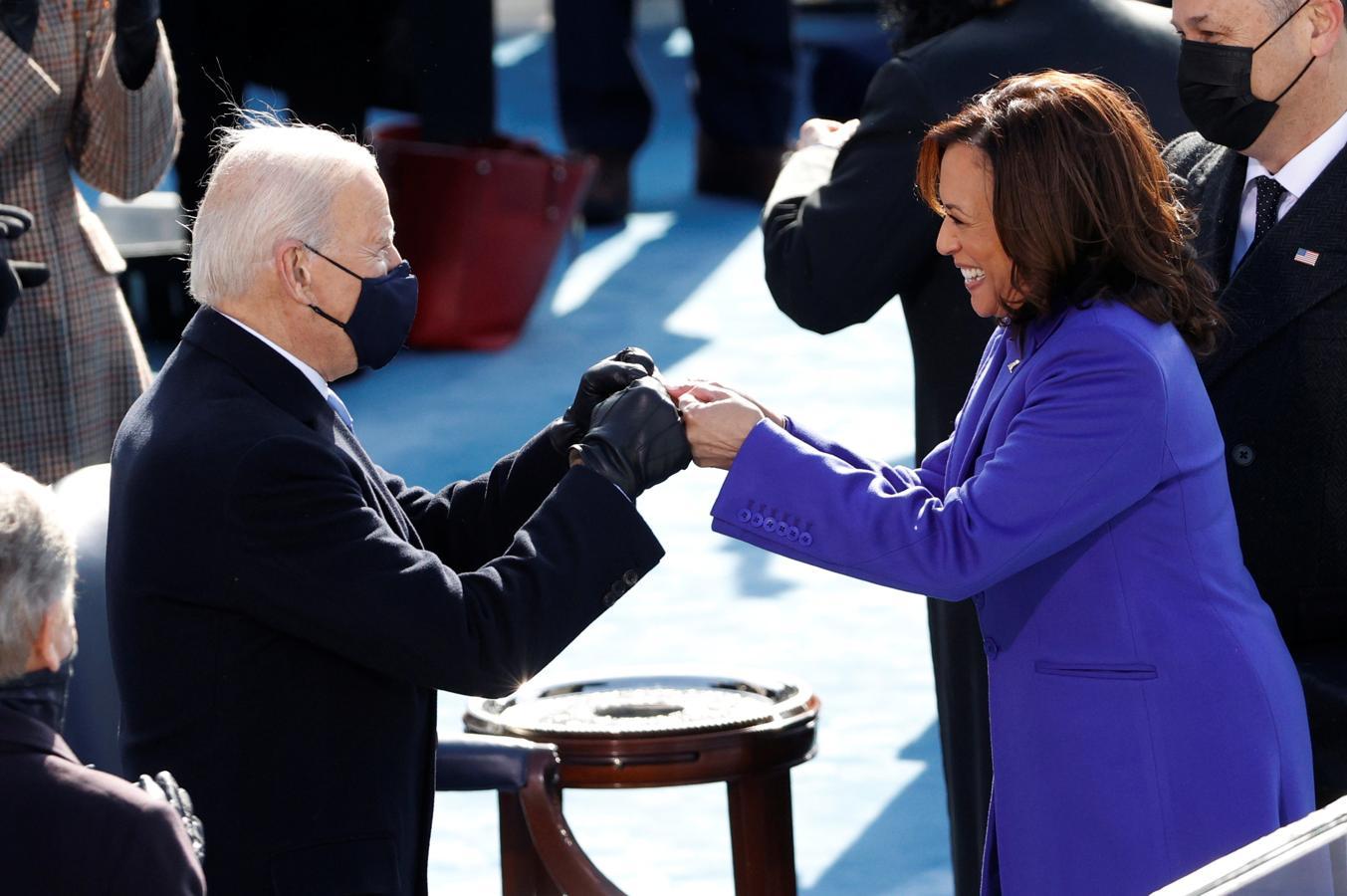 El nuevo presidente de EE.UU., Joe Biden, saluda a la vicepresidenta, Kamala Harris, durante la toma de posesión