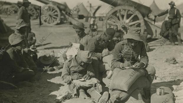 Melilla, 1921. Los soldados aprovechan los momentos que les dejan libres los deberes militares para escribir cartas