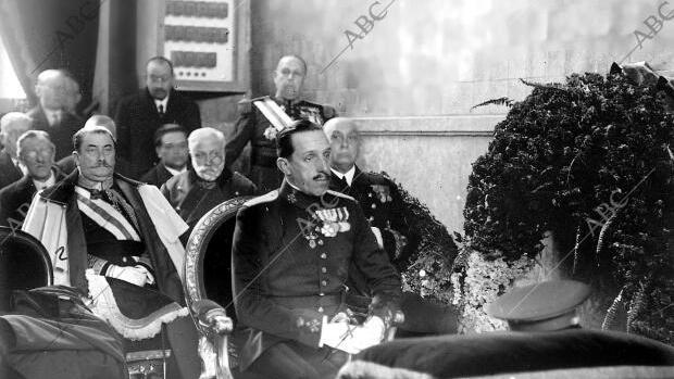 Alfonso XIII y detrás el general Berenguer, en la misa funeral por el general Primo de Rivera