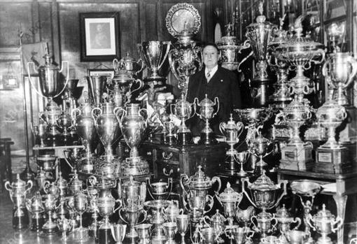 El presidente del Real Madrid, Santiago Bernabeu, posando con sus trofeos.