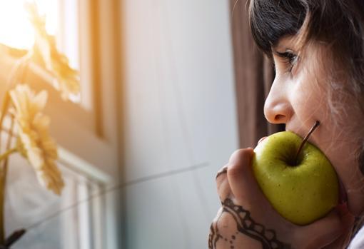Debemos entrenar nuestra mandíbula comiendo alimentos como manzanas o frutos secos