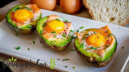 Aguacates rellenos de salmón y huevos de codorniz.