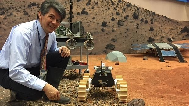 Bernard Foing posa con un «rover» de una misión a Marte