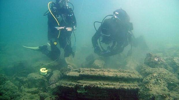 Unos buceadores analizan una «dolomita», una de las formaciones con forma de columna encontradas