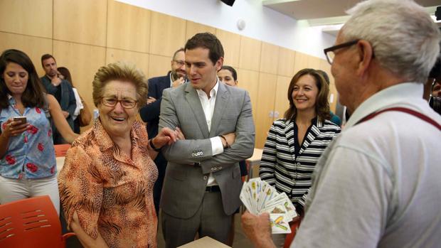 Rivera habla con una señora durante su visita al Casal de Gent Gran Can Saladrigas en Barcelona