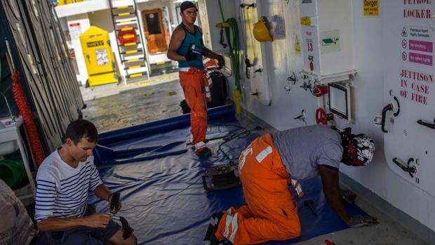 La tripulación del barco Aquarius trabaja en reparaciones antes de salir a la mar para seguir salvando vidas