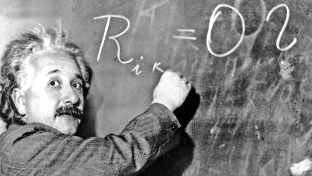 El científico escribe en una pizarra del Instituto Carnegie (Estados Unidos), en 1931