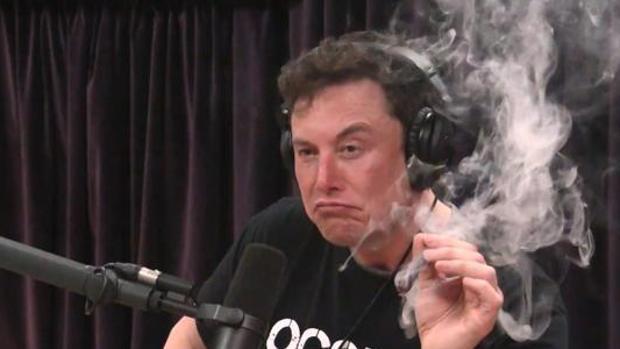 Elon Musk, durante la su intervención en el podcast. En un momento dio una calada a un cigarro de marihuana